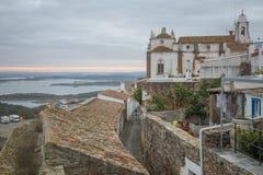 Dorp, kerk, en Alqueva-Meer, in Monsaraz royalty-vrije stock afbeelding