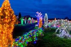 Dorp in kleurrijke Kerstmislichten stock fotografie