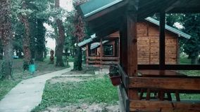 Dorp met blokhuizen met terrassen in de herfstweer stock footage