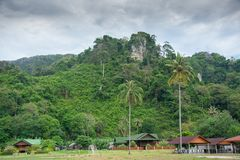 Dorp onder kalkberg in Thailand Stock Foto