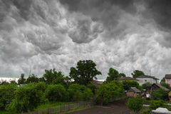 Dorp onder zware wolken in stormachtig weer Royalty-vrije Stock Afbeelding