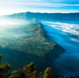 Dorp op hoogland met mist tijdens zonsopgang stock foto's