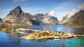 Dorp op Lofoten, Fjord, Noorwegen Royalty-vrije Stock Afbeelding