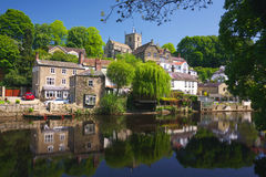 Dorp op rivierbank in Knaresborough, het UK Stock Foto