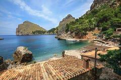 Dorp Sa Calobra op de kust van de Middellandse Zee Eiland Majorca, Spanje Stock Foto's