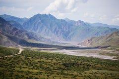 Dorp in vallei in de uitlopers van de Fann-bergen landsc Stock Afbeeldingen