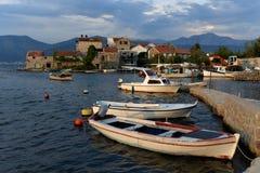 Dorp van Bjelila op de kust van het Adriatische overzees, dichtbij Tivat royalty-vrije stock fotografie