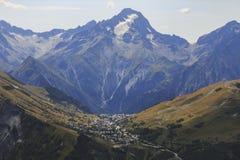 Dorp van Les deux Alpes in de zomertijd royalty-vrije stock fotografie