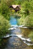 Dorp van Rastoke door een Korana-rivier met blokhuizen en een waterval, Kroatië stock afbeeldingen