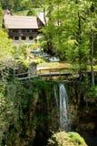 Dorp van Rastoke door een Korana-rivier met blokhuizen en een waterval, Kroatië royalty-vrije stock afbeelding