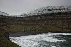 Dorp van Tjornuvik in het eind van de fjord in de Faeröer stock foto's