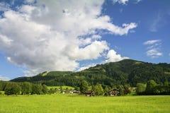 Dorp van Westendorf, Brixental-Vallei in Tirolean Alpen, Oostenrijk, royalty-vrije stock afbeelding