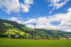 Dorp van Westendorf, Brixental-Vallei in Tirolean Alpen, Oostenrijk, royalty-vrije stock foto