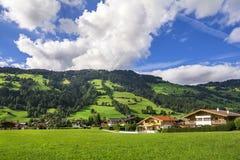 Dorp van Westendorf, Brixental-Vallei in Tirolean Alpen, Oostenrijk, stock foto