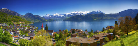 Dorp Weggis, Meer Luzerne, Pilatus-berg en Zwitserse Alpen op de achtergrond dichtbij beroemde Luzerne-stad Royalty-vrije Stock Foto's