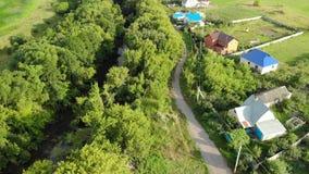 dorpen op rivierbank in Rusland stock footage