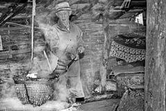 Dorpsbewoneroverlapping gekristalliseerd zout van gekookt zoutwater aan droog stock afbeelding