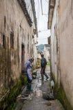 Dorpsbewoners die zich in de Smalle Steeg bevinden royalty-vrije stock fotografie
