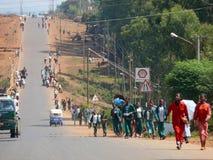 Dorpscentrum. Stedelijke weg dichte omhooggaand in Dembecha, Ethiopië - November 24, 2008. Royalty-vrije Stock Foto's