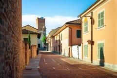 Dorpscentrum van Barbaresco, in Langhe-gebied, Piemonte Italië stock foto's