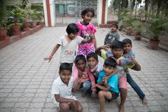 Dorpsjonge geitjes in Maharashtra in India stock afbeeldingen