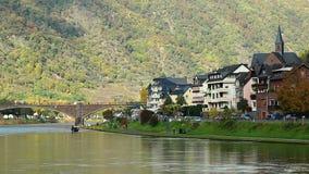 Dorpskade, van het rijtjeshuisgebouwen van de rivierbrug de keurige groene heuvels stock video