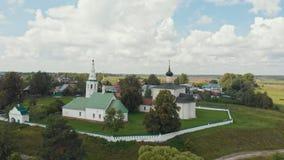 Dorpslandschap - drie verschillende kerken in het dorp - Suzdal, Rusland stock footage