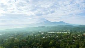 Dorpslandschap en berg onder blauwe hemel stock fotografie