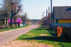 Dorpsstraat met een asfaltweg Stock Afbeeldingen
