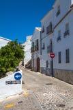 Dorpsstraat onder blauwe hemel Stock Afbeeldingen