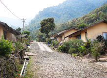 Dorpsweg in de bergen stock foto