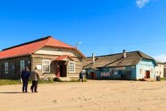 Dorpsweg op Solovezki-eiland in Rusland royalty-vrije stock afbeeldingen