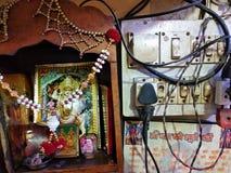 Dorsa Devi ołtarz obok elektryczności deski z elektrycznymi drutami fotografia stock