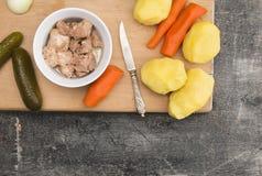 Dorschleber im Öl mit gekochtem Gemüse für Salat Lizenzfreies Stockbild