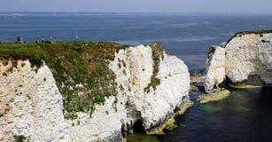 Dorset, Inglaterra - 4 de junho de 2018: Turistas que fotografam a vista fotos de stock