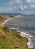 Dorset-Küstenlinie, die in Richtung des Westschachtes blickt Lizenzfreie Stockfotos