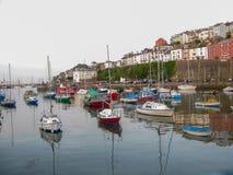 Dorset, Reino Unido - em abril de 2011 - porto muito pitoresco do beira-mar em uma mola foto de stock