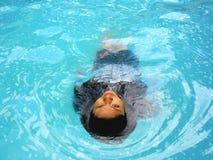 Dorso di nuoto dell'adolescente in uno stagno Fotografia Stock Libera da Diritti