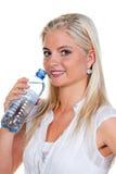 Dorstig en het drinken van vrouwen mineraalwater van Royalty-vrije Stock Foto