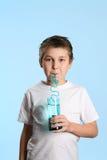 Dorstig jongens drinkwater royalty-vrije stock fotografie