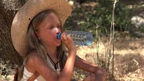 Dorstig Kind Drinkwater door Boom, Landbouwer Girl Relaxing in Olive Orchard 4K stock videobeelden