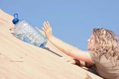 Dorstig meisje dat water zoekt stock fotografie