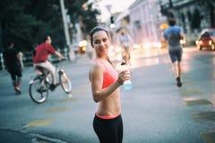 Dorstig sportvrouw drinkwater royalty-vrije stock foto's