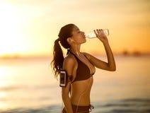 Dorstig vrouwen drinkwater royalty-vrije stock foto's