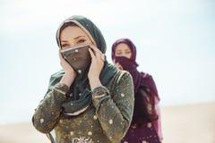Dorstige vrouwen die in een woestijn lopen Verloren tijdens de reis stock afbeelding