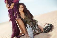 Dorstige vrouwen die in woestijn reizen Verloren in woestijn durind sandshtorm stock afbeelding