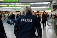 Dortmund, Duitsland - December 13, 2017: Luchthavenpolitie De Luchthaven DTM van Dortmund stock afbeeldingen