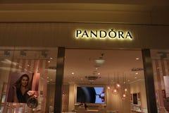 Dortmund Ruhr område, norr Rhen Westphalia, Tyskland - April 16 2018: Pandora smycken shoppar på den lokala gallerian Arkivbild