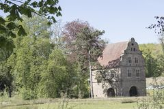Dortmund, Ruhr teren, Północny Rhine Westphalia Niemcy, Kwiecień, - 16 2018: Gatehouse kasztelu Brà ¼ nninghausen przy parkowym w obraz royalty free