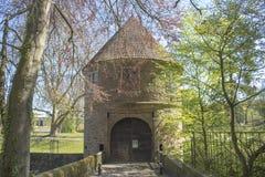 Dortmund, Ruhr teren, Północny Rhine Westphalia Niemcy, Kwiecień, - 16 2018: Gatehouse kasztelu Brà ¼ nninghausen przy parkowym w zdjęcie stock